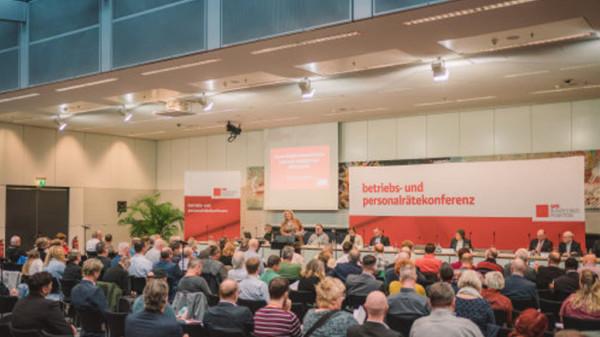 Blick vom Podium auf die Bühne der Betriebs- und Personalrätekonferenz, es sprocht Kerstin Tack