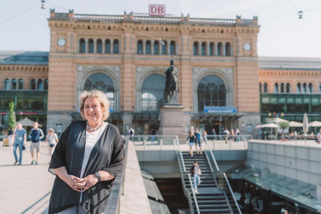 Kerstin Tack MdB vor dem Hauptbahnhof Hannover