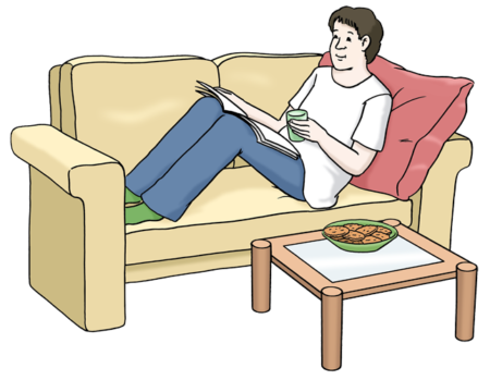 Ein Mann der liest auf einem Sofa