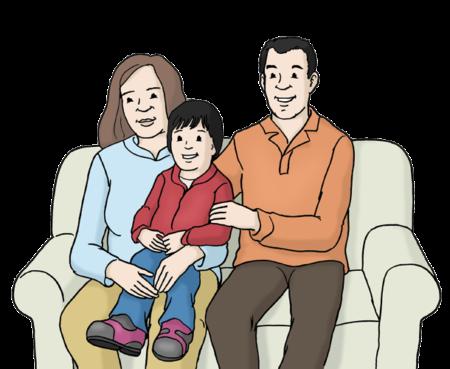 Eltern sitzen mit ihrem Kind auf einem Sofa
