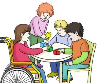 Kinder spielen an einem Tisch