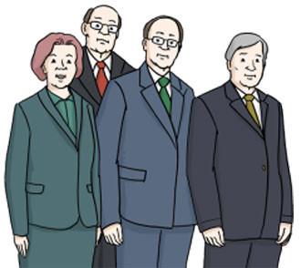 Vier Personen in Anzügen stehen nebeneinander