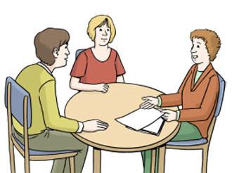 Drei Personen sitzen an einem Tisch und reden miteinander