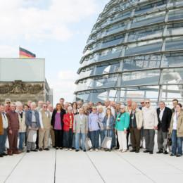 Bild ist ein Gruppenfoto mit Kerstin Tack vor der Kuppel des Reichstagsgebäudes