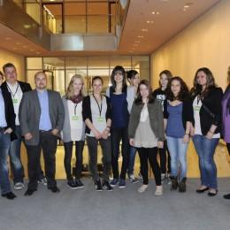 Bild zeigt Kerstin Tack mit der Gruppe im Bundestag