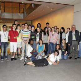 Gruppenfoto der Schulklasse des Kurt-Schwitters-Gymnasiums mit Kerstin Tack im Deutschen Bundestag