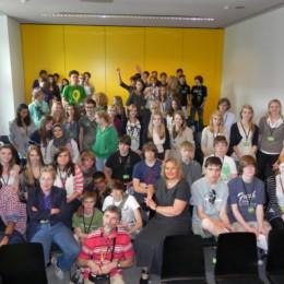 Kerstin Tack mit den Schülerinnen und Schülern in einem Seminarsaal im Bundestag