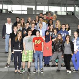 Gruppenfoto mit der Schulklasse aus Hannover im Deutschen Bundestag