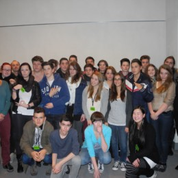 Bild zeigt die Schulklasse der IGS List mit Kerstin Tack