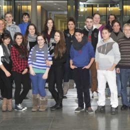 Die Schülerinnen und Schüler und Kerstin Tack im Bundestag