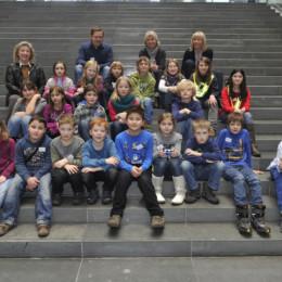 Gruppenbild der Schülerinnen und Schülern der Grundschule Brüder-Grimm im Bundestag