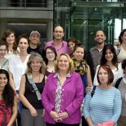 Gruppenfoto der Schülerinnen und Schüler, sowie der Austauschgäste, mit Kerstin Tack vor dem Deutschen Bundestag