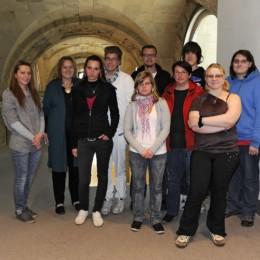 Bild zeigt Kerstin Tack mit den Schülerinnen und Schülern der Werk-statt-Schule im Bundestag