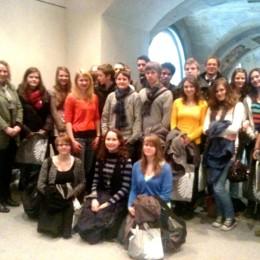 Kerstin Tack mit der Besuchergruppe in den Gängen des Bundestages
