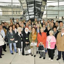 Bild ist ein Gruppenfoto der großen Besuchergruppe und Kerstin Tack in der Kuppel des Reichstagsgebäudes