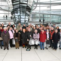 Bild ist ein Gruppenfoto mit Kerstin Tack in der Kuppel des Reichstagsgebäudes