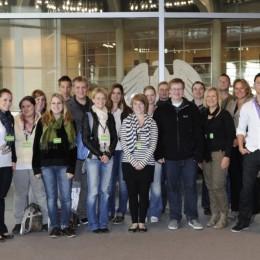 Bild zeigt Kerstin Tack mit den Schülerinnen und Schülern im Bundestag