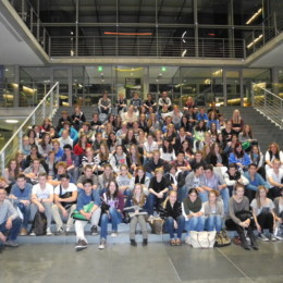 Großes Gruppenfoto auf der Treppe im Paul-Löbe-Haus des Deutschen Bundestages