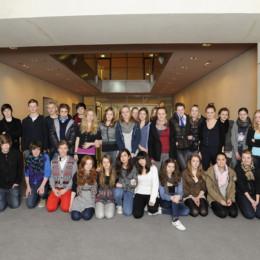 Bild zeigt die Besuchergruppe mit Kerstin Tack im Bundestag