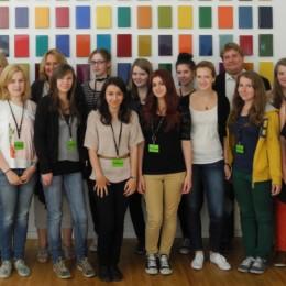 Gruppenfoto mit Kerstin Tack vor einem Kunstwerk im Deutschen Bundestag