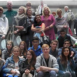 Gruppenfoto der Schulklasse und Kerstin Tack am Eingang des Paul-Löbe-Hauses im Deutschen Bundestag