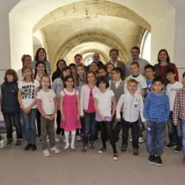 Gruppenfoto der Teilnehmerinnen und Teilnehmer der Kinderkonferenzen mit Kerstin Tack im Deutschen Bundestag