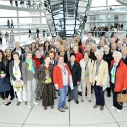Gruppenfoto mit Kerstin Tack in der Kuppel des Reichstagsgebäudes