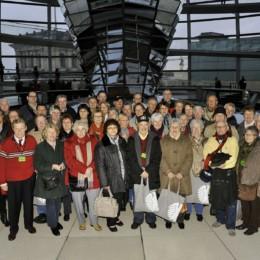 Gruppenfoto der großen Besuchergruppe mit Kerstin Tack, Abends in der Kuppel des Reichstagsgebäudes