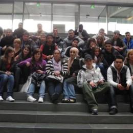 Foto zeigt Kerstin Tack mit den Schülerinnen und Schülern auf einer Treppe im Bundestag