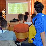 Blick auf die Leinwand beim FIFA 13-Turnier am 8. September 2013
