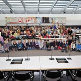 Bild zeigt Kerstin Tack mit den Schülerinnen und Schülern aus Hannover im Fraktionssaal der SPD-Bundestagsfraktion