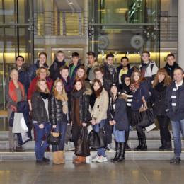 Gruppenfoto der Schülerinnen und Schüler im Deutschen Bundestag