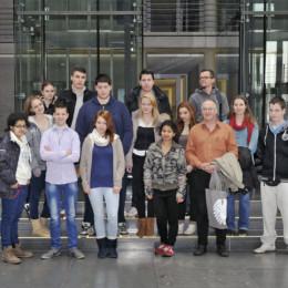 Gruppenfoto der Schulklasse aus Hannover im Bundestag