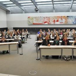 Bild zeigt Kerstin Tack mit mehr als 100 Schülerinnen und Schülern der Sophienschule im Fraktionssaal der SPD-Bundestagsfraktion