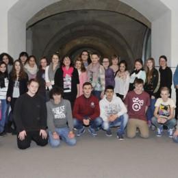 Kerstin Tack und die Schulklasse aus Hannover in den Gängen des Bundestages