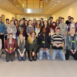 Gruppenfoto der Schülerinnen und Schüler mit Kerstin Tack im Reichstagsgebäude