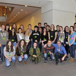 Bild zeigt Schülerinnen und Schüler der IGS List mit Kerstin Tack