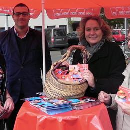Kerstin Tack am Infostand des SPD-Ortsvereins Oststadt-Zoo am Wochenmarkt an der Fridenskirche