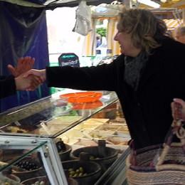 Kerstin Tack beim Verteilen ihrer roten Karten auf dem Wochenmarkt an der Friedenskirche