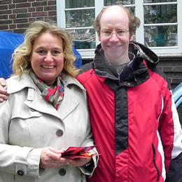 Kerstin Tack beim Verteilen ihrer roten Karten auf dem Jahnplatz