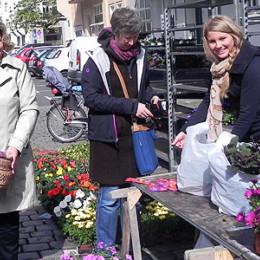 Kerstin Tack beim Verteilen ihrer roten Karten auf dem Moltkeplatz