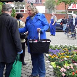 Kerstin Tack im Gespräch auf dem Sahlkampmarkt