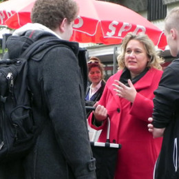 Kerstin Tack im Gespräch auf dem Wochenmarkt im Roderbruch