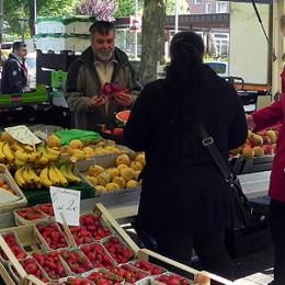 Kerstin Tack beim Verteilen ihrer roten Karten auf dem Wochenmarkt in Stöcken