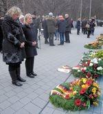 Kerstin Tack und Behindertenbeauftragte Verena Bentele gedenken vor Kranz