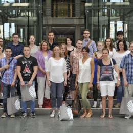 Gruppenfoto mit Kerstin Tack im Paul Löbe Haus