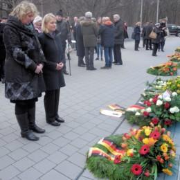 Kerstin Tack und Verena Bentele stehen nebeneinander vor einem Trauerkranz