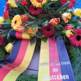 Bild des Kranzes, mit dem die SPD-Bundestagsfraktion ihr Gedenken ausdrückt