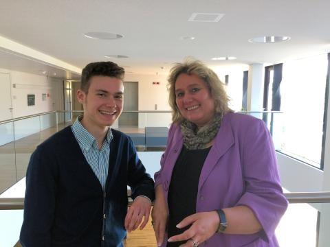 Marius Müller und MdB Kerstin Tack beim Planspiel Jugend und Parlament