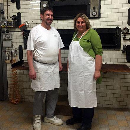 Kerstin Tack steht mit Bäcker Marquardt in der Backstube